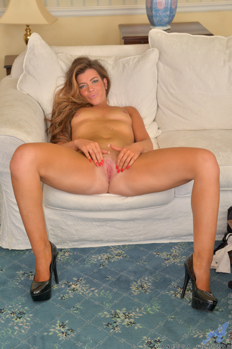 naked anilos housewife